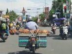angkut-jenazah-dengan-sepeda-motor.jpg