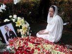 artis-bunga-citra-lestari-bcl-berdoa-di-depan-makam-suaminya-almarhum-ashraf-sinclair.jpg