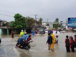 banjir-akibat-luapan-kulong-nangka-di-jalan-raya-mentok_20180427_170744.jpg