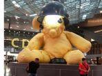 boneka-teddy-bear-raksasa-di-bandara-hamad-internasional-doha-qatar.jpg
