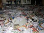 buku-yang-dijemur-di-ruangan-belakang-kantor-desa-deniang.jpg