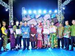 bupati-beltim-foto-bersama-pemenang-lomba-batik-beltim-fashion_20181018_204119.jpg