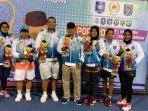 coach-suhardi-amis-berfoto-dengan-para-atlet-cabang-olahraga-tennis-lapangan.jpg
