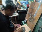 darmawan-seorang-seniman-belitung-sabtu-112-ketika-melukis-di-atas-media-daun.jpg