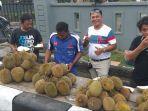 deretan-pedagang-durian-musiman-di-jalan.jpg