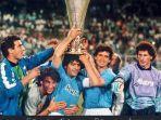 diego-maradona-trofi-juara-piala-uefa-napoli.jpg