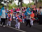 drumband-taman-kanak-kanak-ikuti-pawai-pembangunan_20180830_145713.jpg