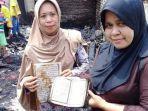 dua-wanita-ini-menunjukkan-al-quran.jpg