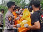 evakuasi-jenazah-kakek-arifin-di-badau-belitung-2901.jpg