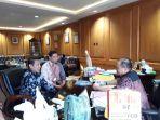 foto-bersama-gubernur-babel-dengan-perwakilan-bursa-efek-indonesia_20180330_214128.jpg