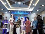 gubernur-babel-erzaldi-rosman-djohan-menyerahkan-cinderamata-mata-untuk-puteri-indonesia-2018_20180319_191723.jpg