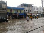 hujan-mengakibatkan-genangan-air-di-kawasan-jalan-pasar-pagi_20180427_112201.jpg