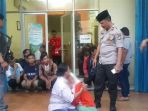 ibu-korban-dan-siswi-smp-berpelukan-setelah-polisi-mendatangi-kantor-mega-finance-yang-berlokasi-di_20180707_154246.jpg