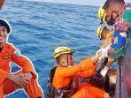 imam-tri-gustav-saat-ada-di-laut-membantu-memasukkan-mayat-ke-kantong-rabu-2992021.jpg