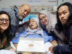 indro-warkop-bersama-ketiga-anaknya-merayakan-ulang-tahun-istrinya_20181008_104953.jpg