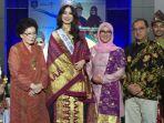 istri-gubernur-bunda-melati-memberikan-kain-cual-khas-bangka-belitung_20180319_184623.jpg