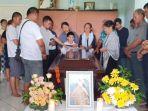 jenazah-mawar-sariati-di-doakan-keluarganya-di-rumah-orang-tuanya-di-kelurahan-tanjung_20181107_144649.jpg