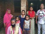 jyoti-kumari-paswan-tengah-bawah-bersama-keluarganya-di-desa-siruhully.jpg