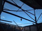 keadaan-atap-rumah-buhori-yang-lepas-dibawa-angin-kencang_20180407_084913.jpg