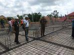 kejari-beltim-widagdo-tengah-helm-putih-mengunjungi-proyek-pembangunan-kantor-bpn_20180809_143355.jpg