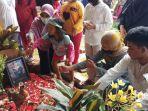keluarga-dan-kerabat-menghadiri-pemakaman-editor-video-metro-tv-yodi-prabowo-okee.jpg