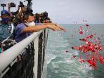 keluarga-penumpang-sriwijaya-air-sj-182-melaksanakan-tabur-bunga.jpg