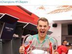 kiper-bayern-muenchen-manuel-neuer-berfoto-dengan-trofi-liga-champions.jpg