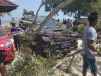 kondisi-kendaraan-tertimpa-pohon-tumbang_20180819_125724.jpg
