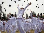 lempar-topi-pamong-praja-muda-institut-pemerintahan-dalam-negeri-ipdn-angkatan-xix-tahun-2012.jpg