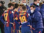 lionel-messi-bak-pelatih-di-antara-pemain-barcelona.jpg