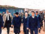 mantan-presiden-indonesia-soeharto-saat-mengunjungi-daerah-konflik-di-bosnia_20180724_071009.jpg