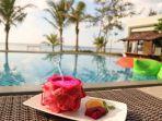 menikmati-minuman-di-daun-simpor-restaurant-hotel-santika-premiere-beach-resort-belitung.jpg