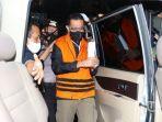 menteri-sosial-juliari-p-batubara-mengenakan-rompi-oranye-menaiki-mobil2.jpg