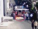 michael-mulyono-dokter-yang-terjun-dari-lantai-6-tunjungan-plaza-saat-dievakuasi_20180412_120027.jpg