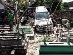 mobil-milik-fadoli-sebelum-dievakuasi-dari-makam-masjid-as-salam-desa-winong.jpg