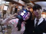 moon-ga-young-dan-cha-eun-woo-menunjukkan-barang-unik-di-set-drama-true-beauty.jpg