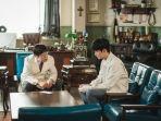 moon-gang-tae-kim-soo-hyun-saat-berkonsultai-dengan-direktur-oh-ji-wang-its-okay-to-not-be-okay.jpg