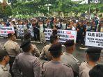 nelayan-kabupaten-bangka-selatan-menggelar-aksi-damai-didepan-kantor-polda-bangka-belitung_20180423_153709.jpg