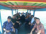 oso-dan-rombongan-saat-naik-perahu-di-pulau-lebong_20180504_172017.jpg
