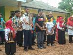 para-murid-plb-manggar-saat-menampilkan-permainan-angklung-didepan-halaman-sekolah-plb-manggar.jpg