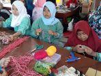 para-siswa-slbn-pangkalpinang-memperagakan-membuat-kerajinan-tangan-dari-bahan-bekas.jpg