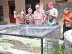para-wisatawan-melihat-dan-berfoto-bersama-dengan-bonbon-di-disbudpar-kabupaten-belitung-timur_20181106_223153.jpg