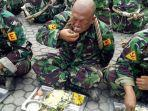 pasukan-marnir-tni-al-menyantap-menu-komando.jpg
