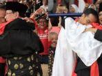 pelukan-prabowo-dan-jokowi-di-asian-games-2018-yang-fenomenal_20180829_204415.jpg