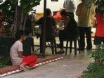 pembantu-rumah-tangga-duduk-di-depan-restoran-menunggu-majikannya-makan.jpg
