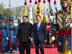 pemimpin-korea-utara-kim-jong-un-kanan-dan-presiden-korea-selatan-moon-jae-in_20180427_160210.jpg