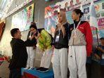 pengalungan-medali-kepada-juara-cabor-taekwondo-porprov-v-di-gor-stkip-muhammadyah.jpg