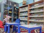 pengunjung-saat-membaca-di-ruang-baca-perpustakaan.jpg