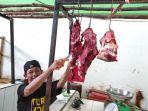 penjual-daging-sapi-di-pasar-lipat-kajang-manggar_20180606_141557.jpg