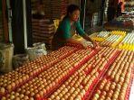 penjual-merapikan-telur-di-pasar-pagi-kota-pangkalpinang_20180712_135041.jpg